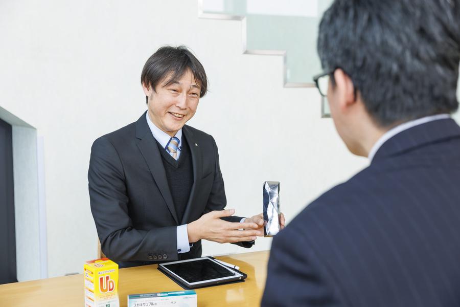 お客様と商談中。「キモチをカタチに」を意識して丁寧にお客様の要望にお応えします。