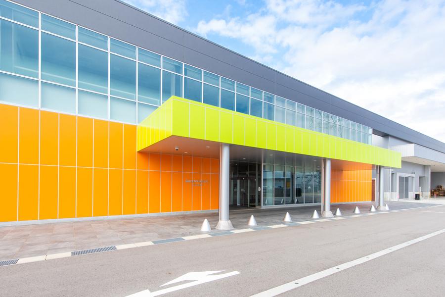 2018年4月新工場「立山工場」が竣工。医薬品パッケージの製造に特化したクリーンな工場です。