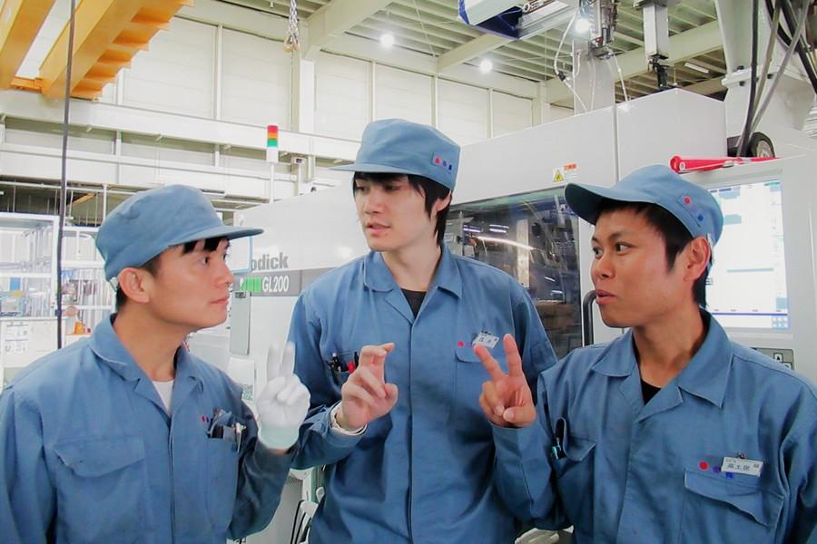 「海外研修生との様子」 海外拠点(中国、ベトナム)から研修生を受け入れ技術の共有化を進めています