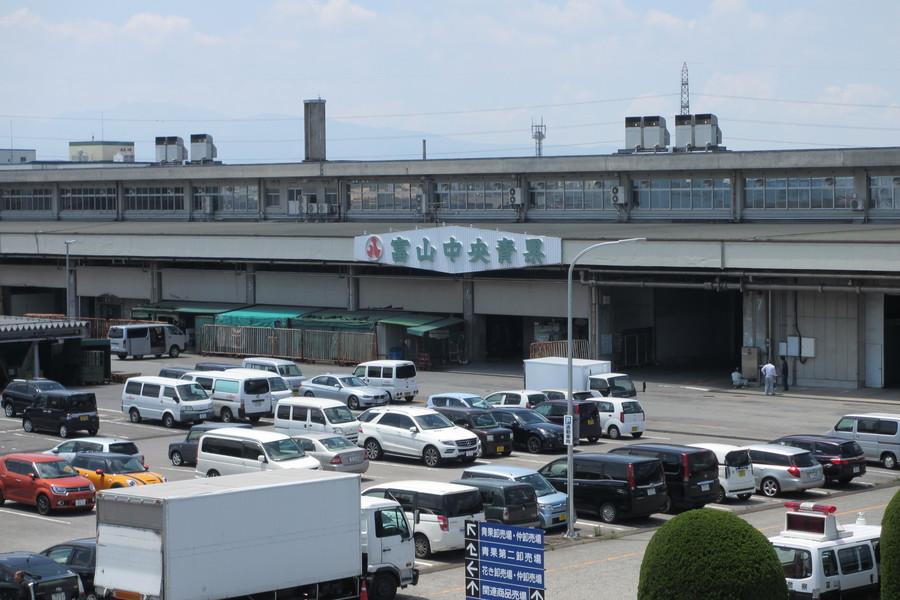 富山市公設の地方卸売市場内にて業務を営んでおります。