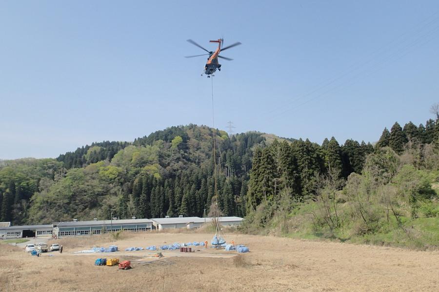 機械や工具、資材を現場へヘリコプターで運搬しているところです。