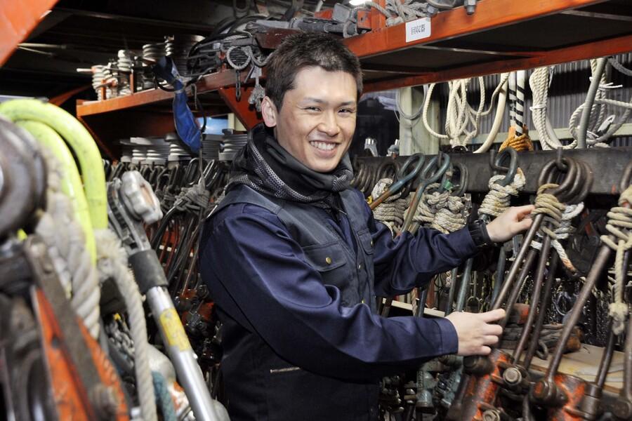 倉庫で特殊工具を片付けているところです。