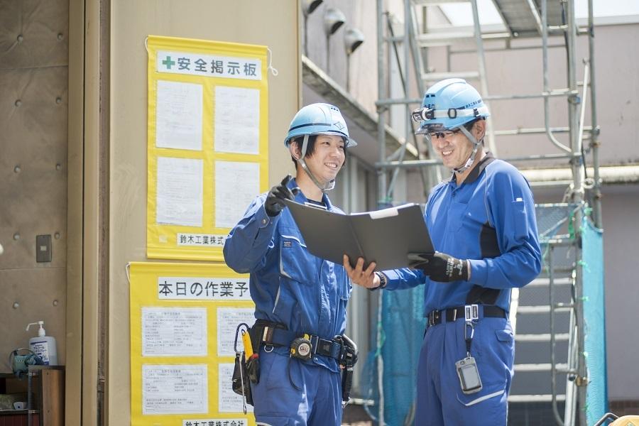 上司の山田将史さん(右)と打ち合わせ。明るい社風も魅力だ。