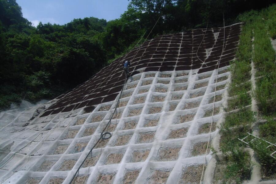急傾斜地の法面工事で土砂崩れを防ぐ